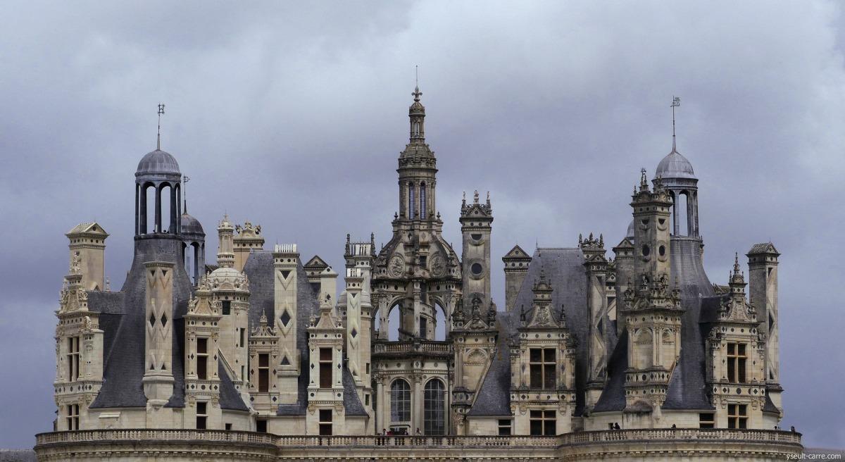 Terrasses et cheminées de Chambord sous ciel d'orage - crédit photo copyright Yseult Carré
