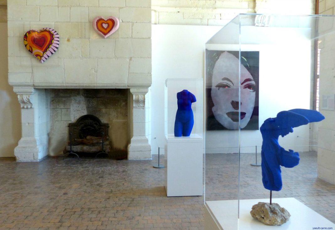 Niki de Saint-Phalle, Martial Raysse et Yves Klein réunis dans la salle des Nouveaux réalistes - Exposition Pompidou et l'art : une histoire du regard à Chambord Sologne